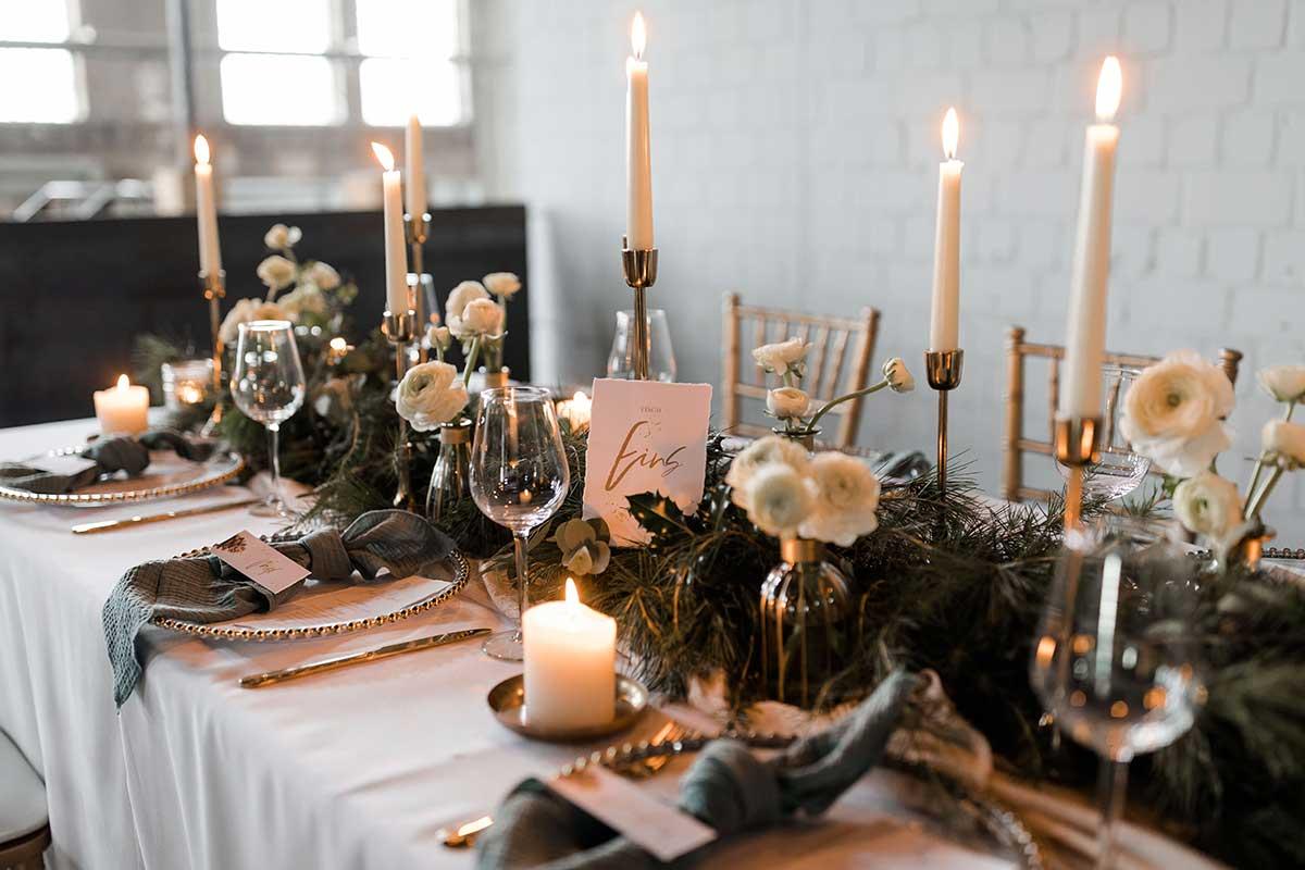 Kerzen für die Tischdeko bei der Winterhochzeit