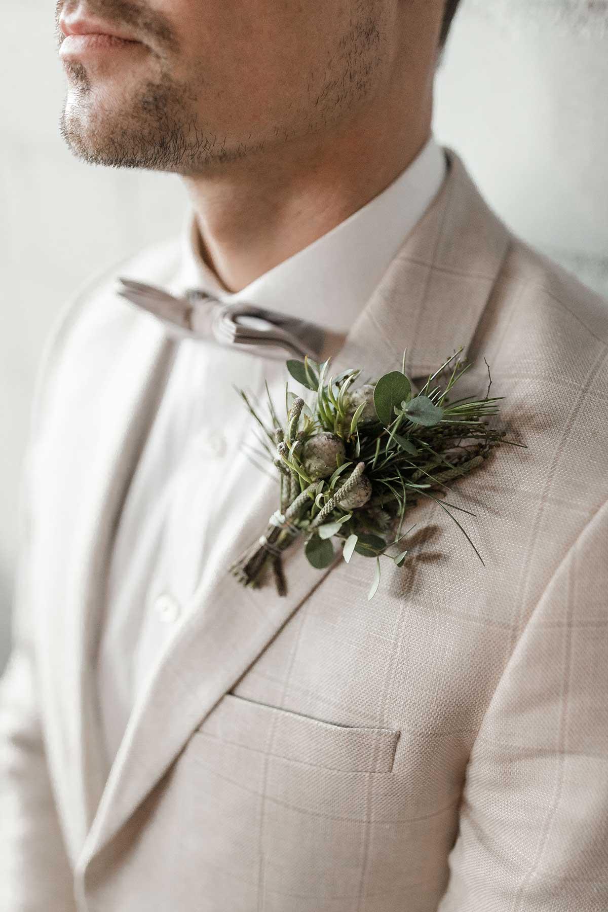 Ansteckblume für den Bräutigam passend für eine Winterhochzeit