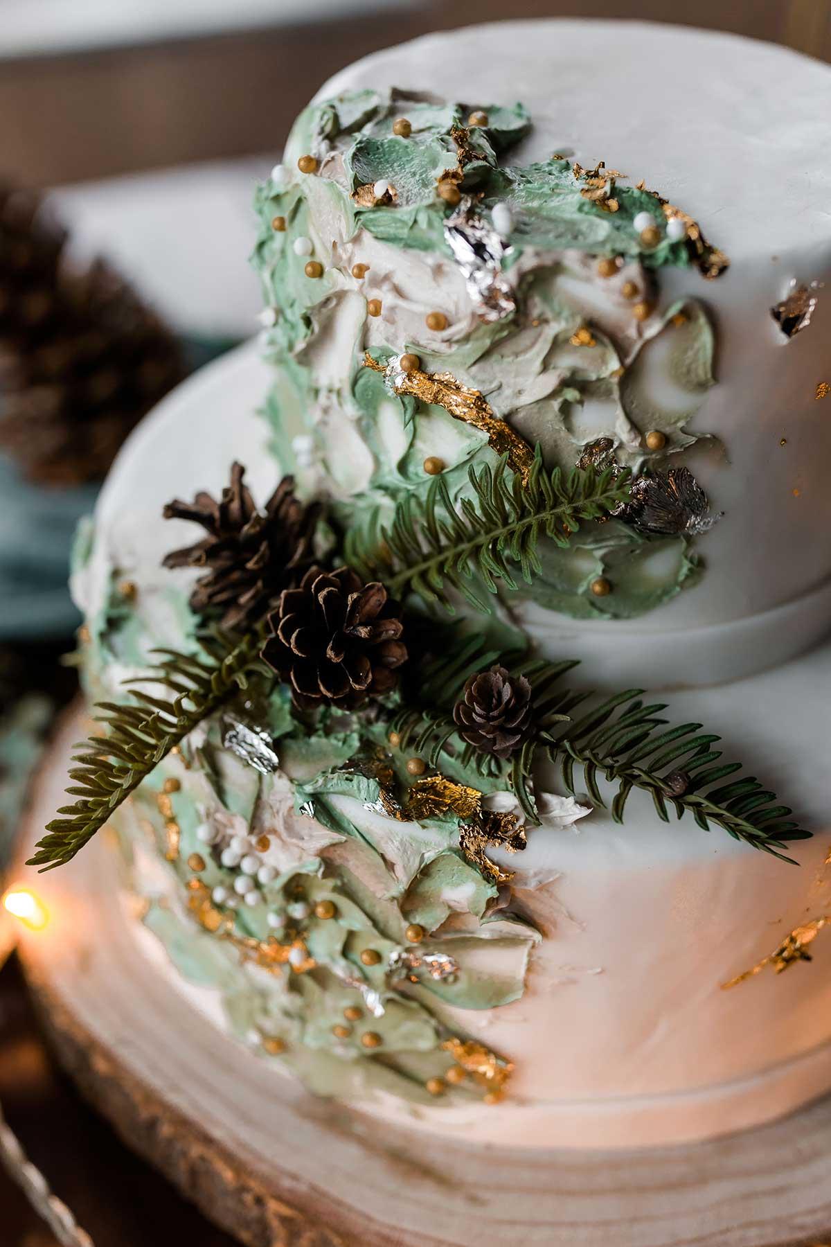 Nahaufnahme einer Hochzeitstorte passend zu einer Winter-Hochzeit