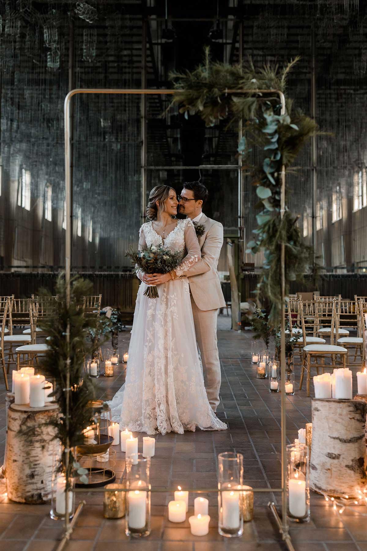Braut und Bräutigam bei ihrer Winterhochzeit mit Industrie-Flair