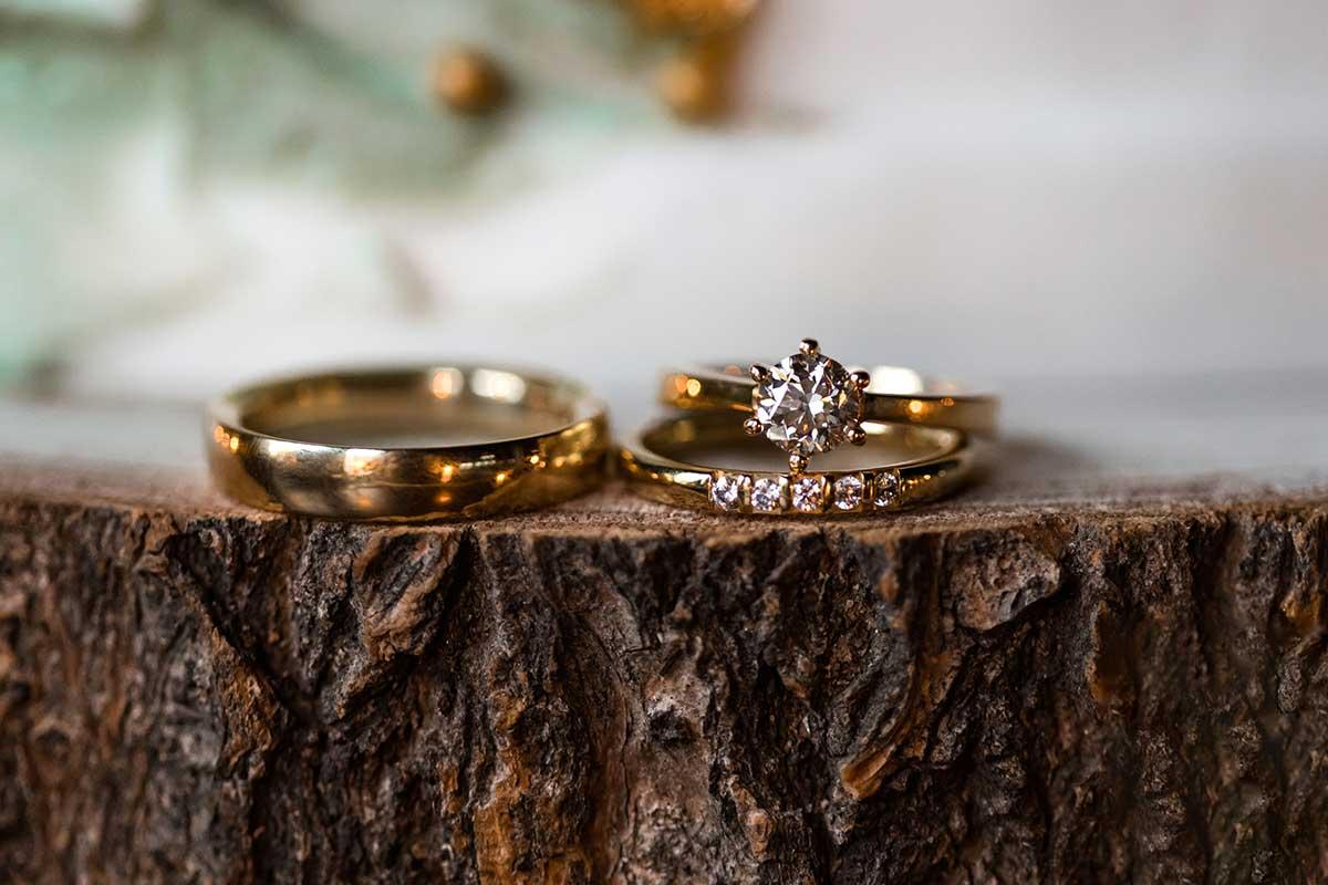 Eheringe und Verlobungsring in Gelbgold