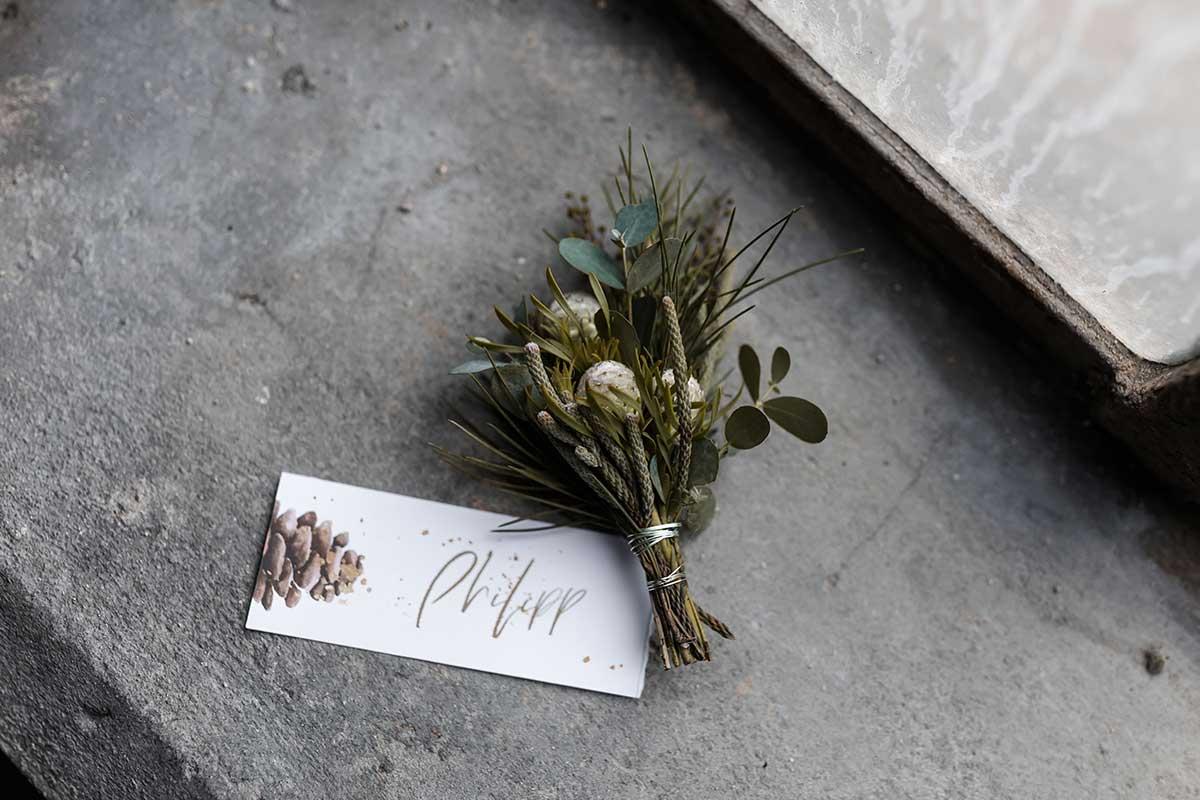 Ansteckblume für den Bräutigam passend für eine Winter-Hochzeit
