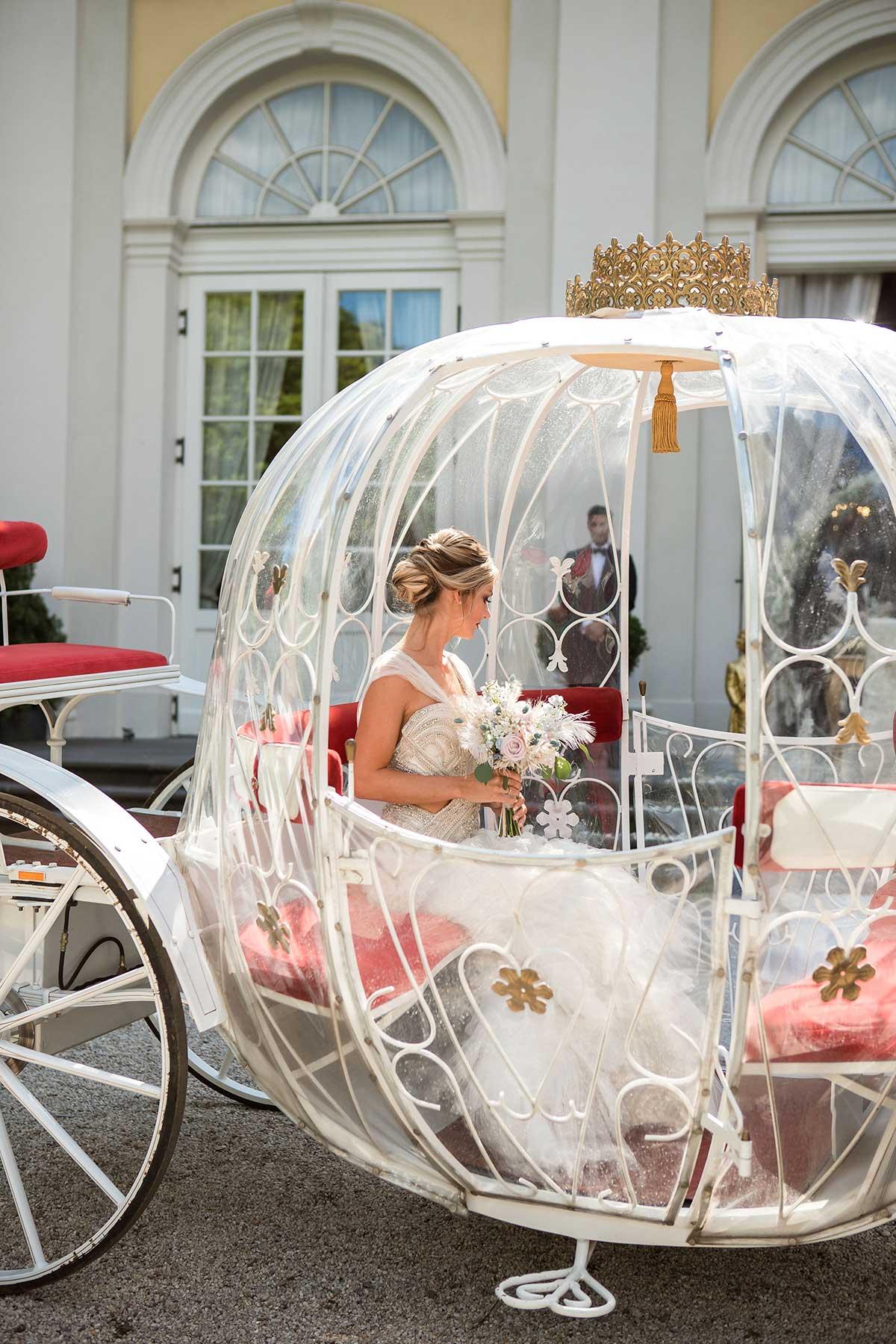 Braut in ihrer Kutsche bei der Hochzeit