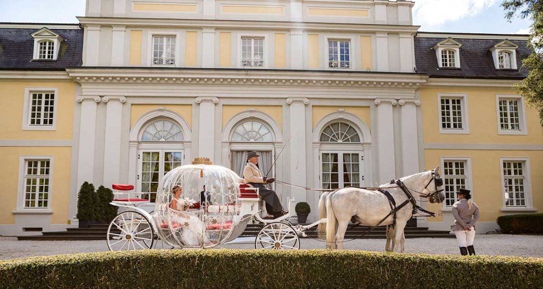 Braut fährt in einer Kutsche bei ihrer Prinzessinnen Hochzeit wie im Märchen in der La Redoute Bonn vor