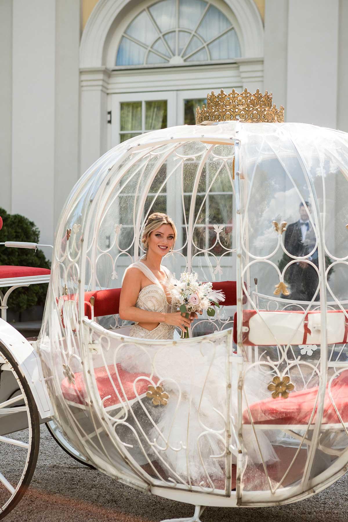 Braut in ihrer Märchenkutsche bei der Hochzeit