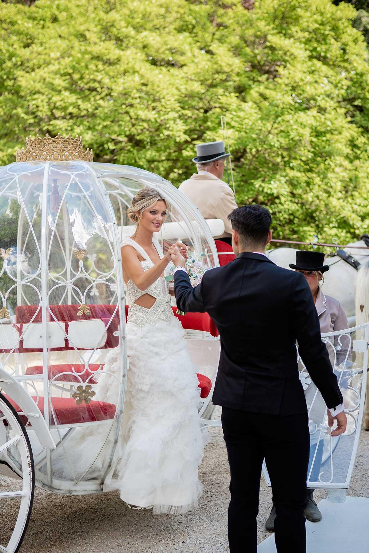 Braut steigt aus ihrer Kutsche bei ihrer Prinzessinnen Hochzeit wie im Märchen