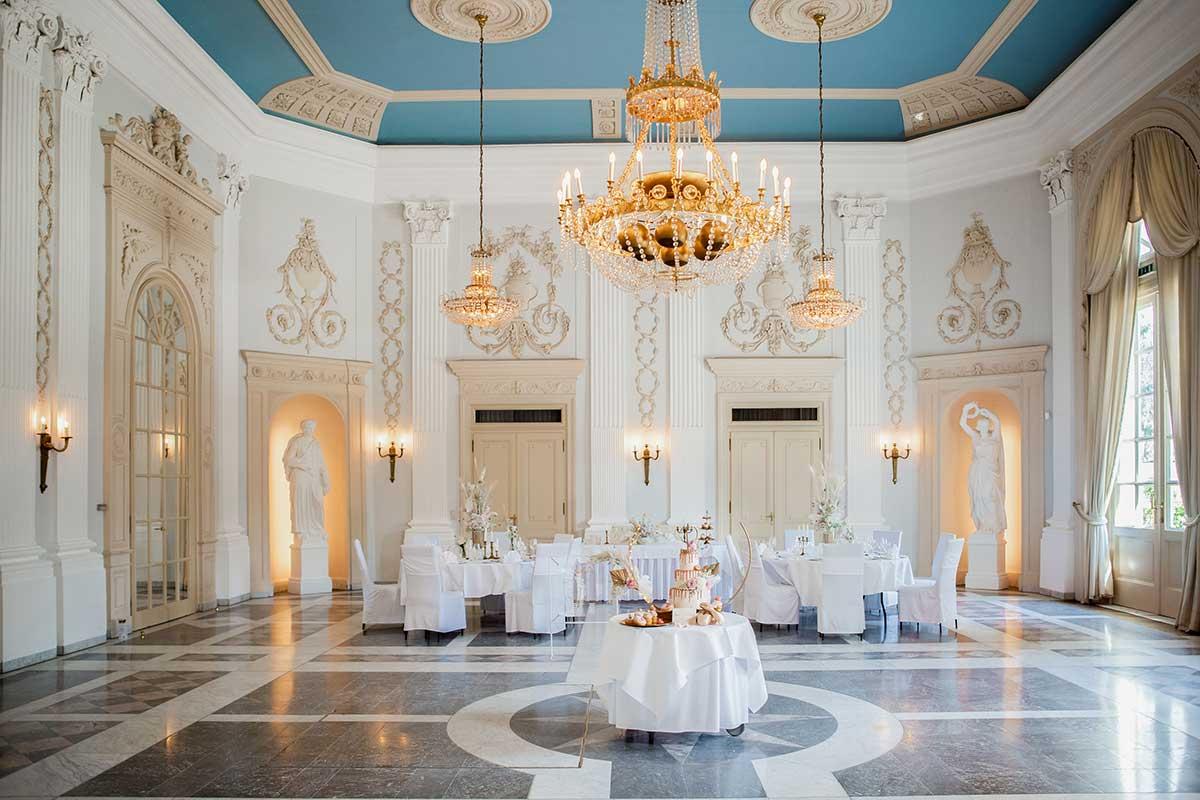 Für eine Hochzeit vorbereiteter Beethovensaal der La Redoute in Bonn