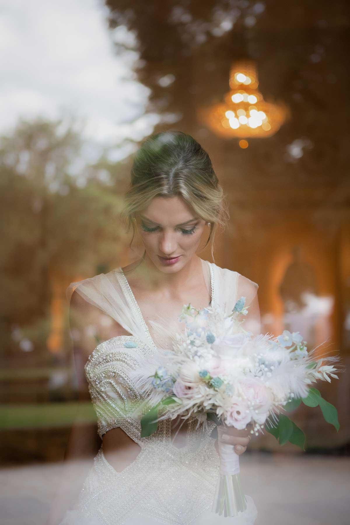 Braut mit ihrem Brautstrauß bei der Märchenhochzeit