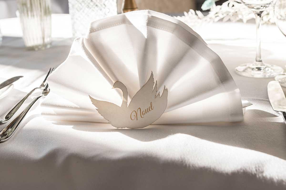 Platzkarten in Form von einem Schwan bei der Hochzeit