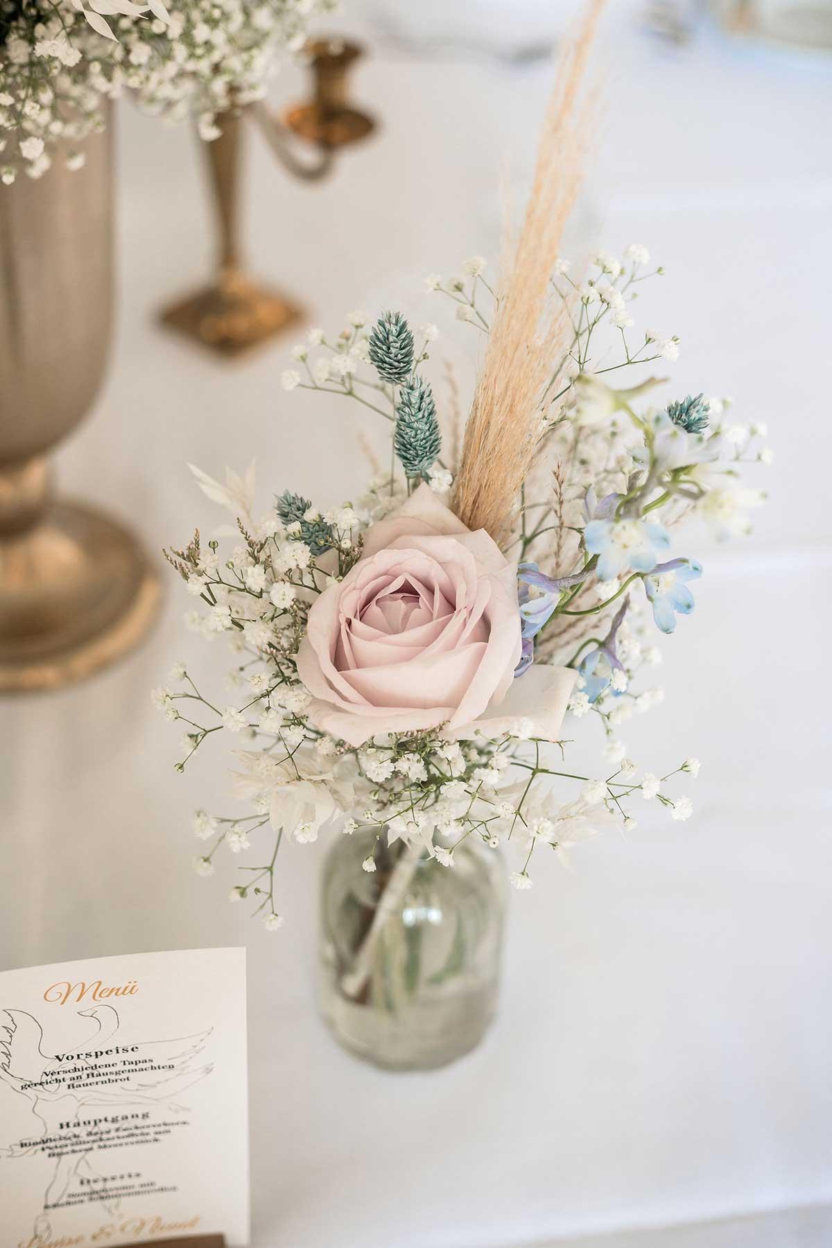 Rosen für die Dekoration der Tische bei der Hochzeit