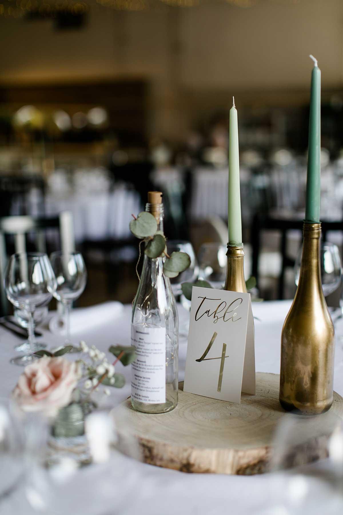 Holzscheibe als Basis für die Tischdekoration bei der Hochzeit auf Villa Hof Langenborn