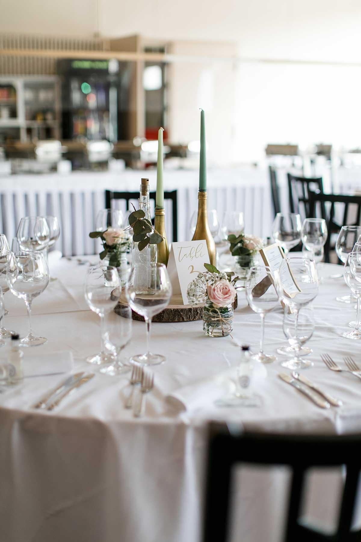Tischdeko bei der Hochzeit mit Holzscheibe auf Villa Hof Langenborn