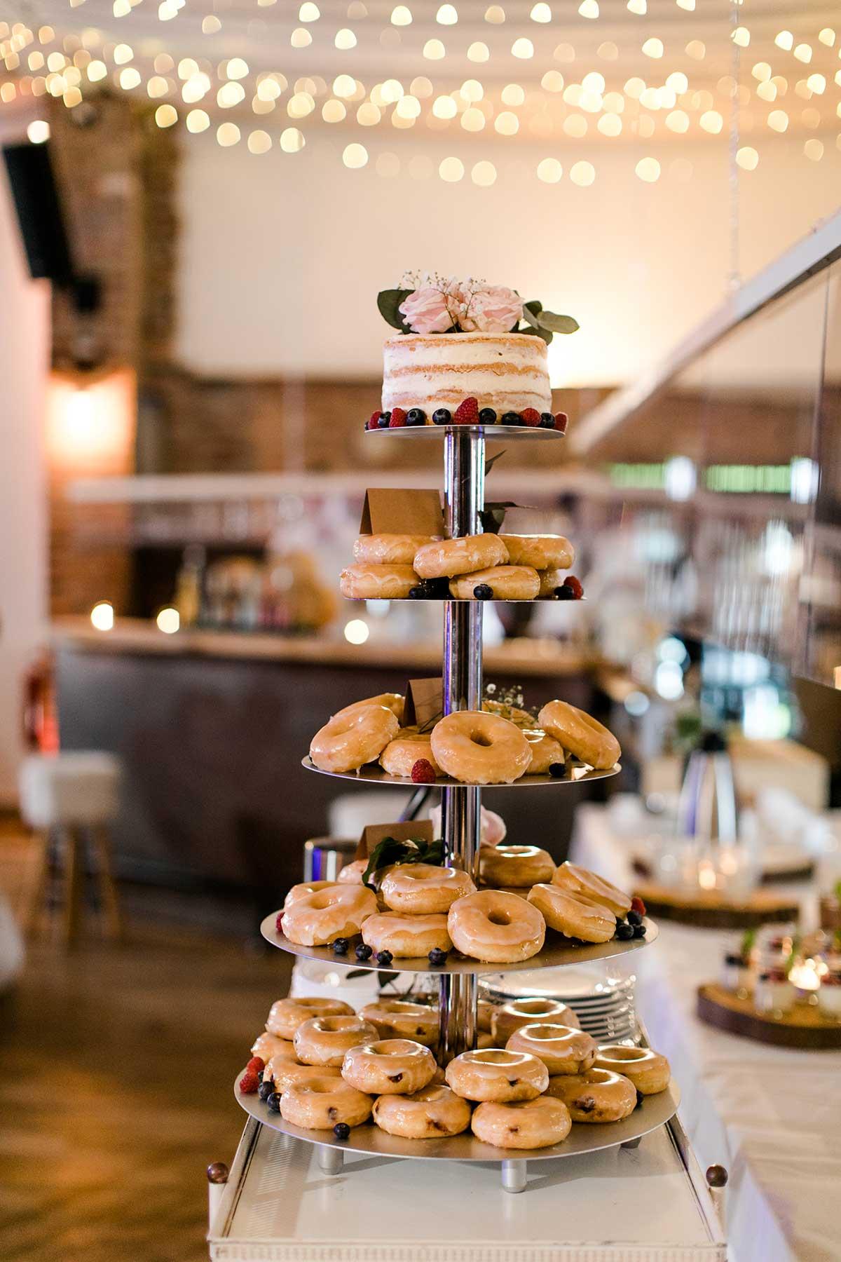 Alternative für die Hochzeitstorte bestehend aus Donuts