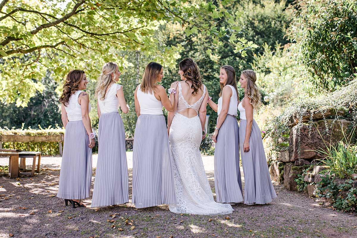 Braut zusammen mit ihren Brautjungfern