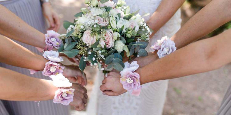 Brautstrauß und Blumenarmbänder der Brautjungfern