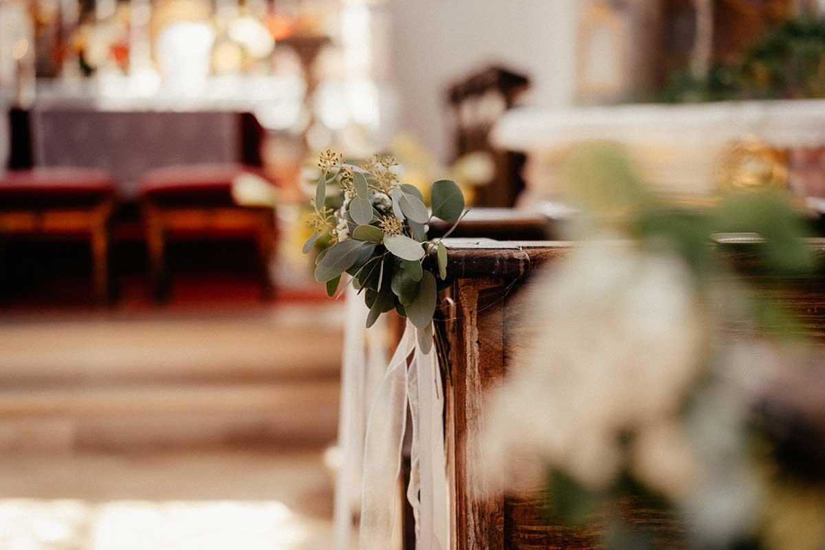 Dekoration der Kirchenbank bei der Greenery Hochzeit