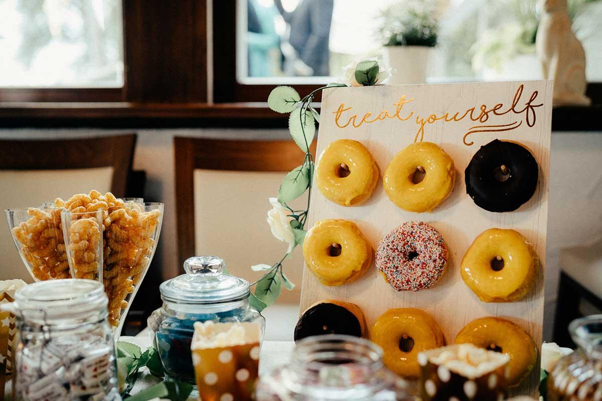 Sweet Table mit Donuts bei der Greenery Hochzeit