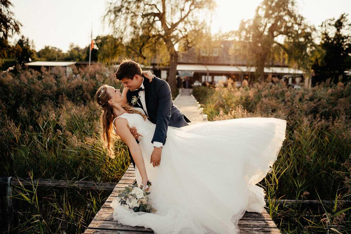 Braut und Bräutigam auf dem Steg bei der