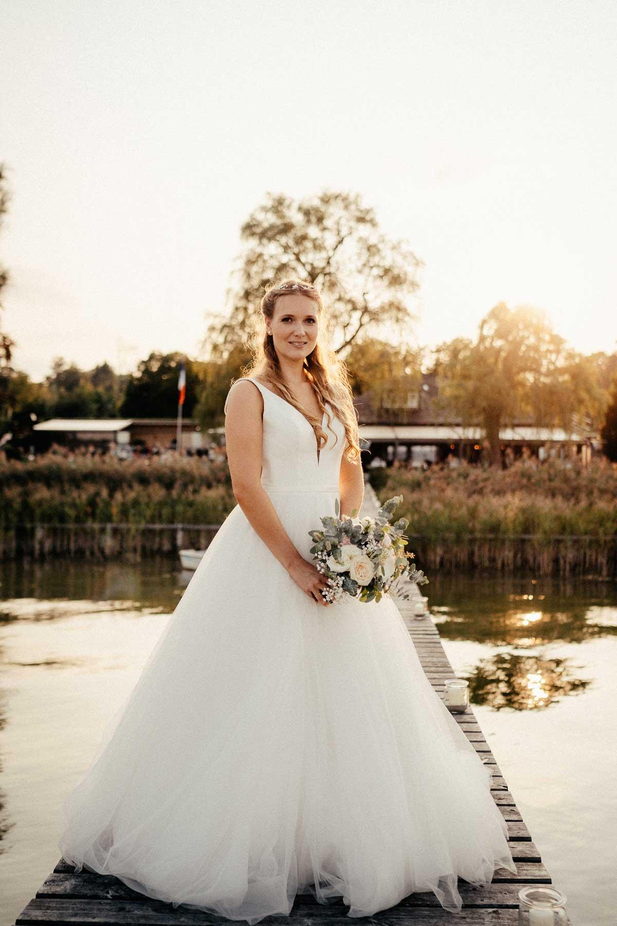Braut mit ihrem Brautstrauß im Greenery Stil