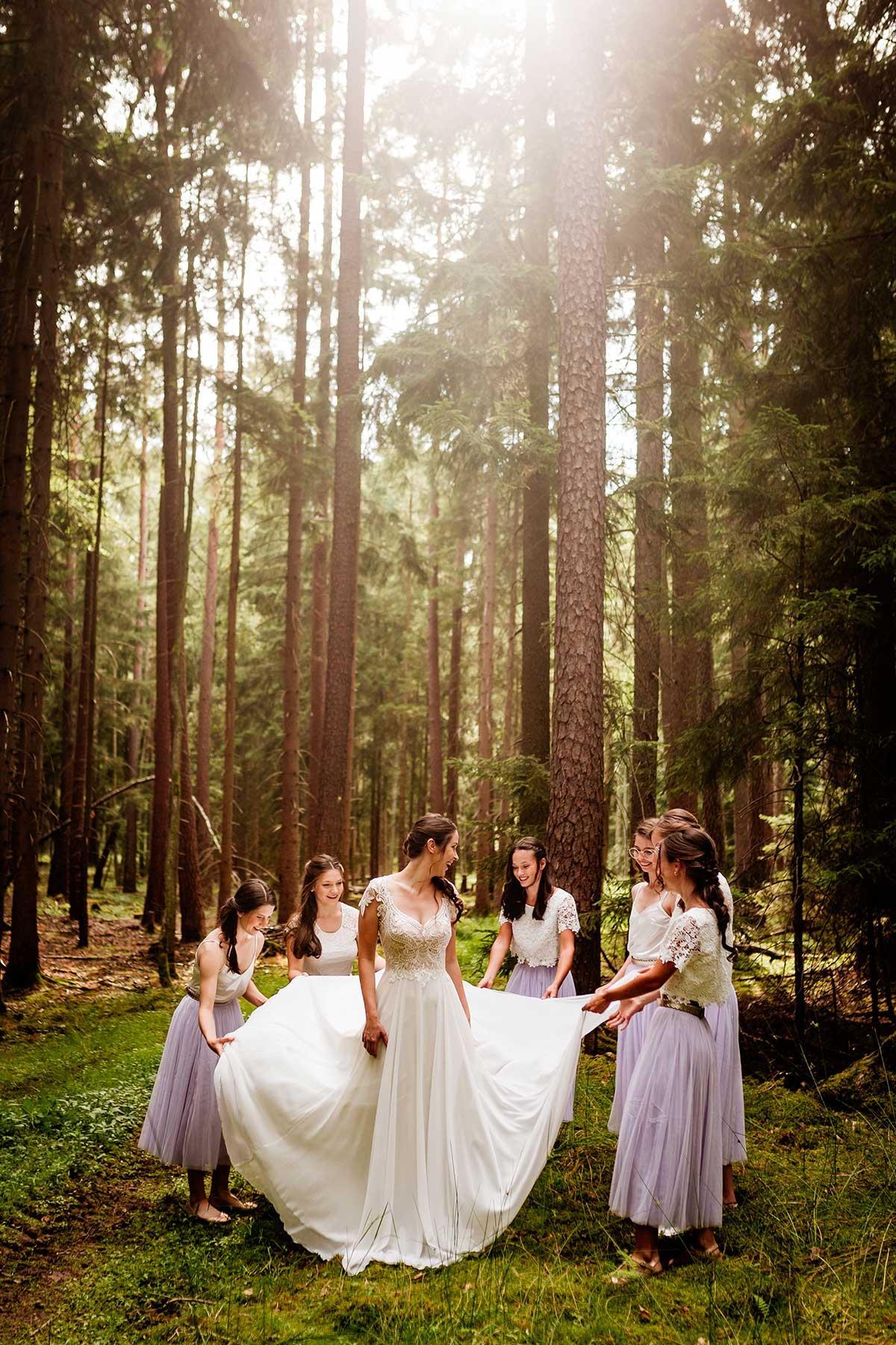 Braut mit ihren Brautjungfern im Wald
