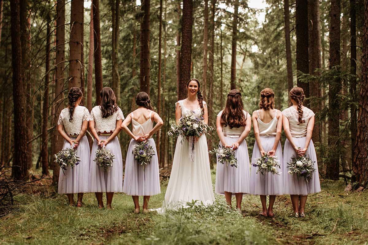 Braut zusammen mit ihren Brautjungfern beim Fotoshooting