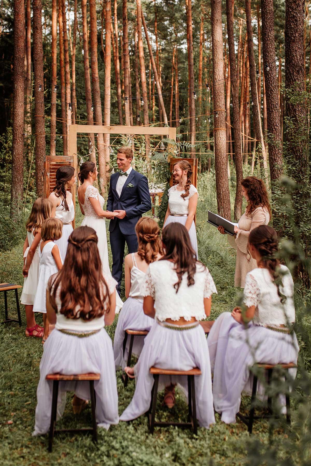 Trauung bei der Hochzeit im Wald