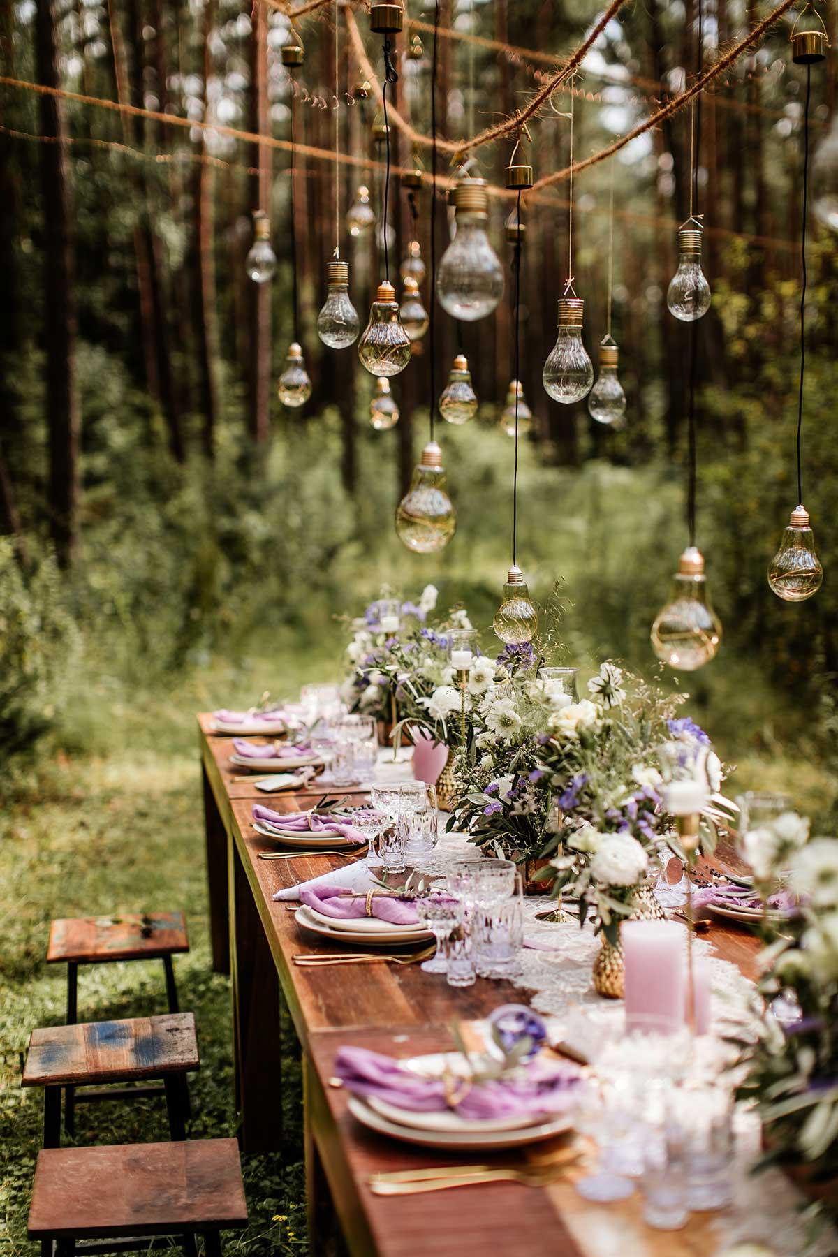 Gedeckter Tisch bei der Hochzeit im Wald