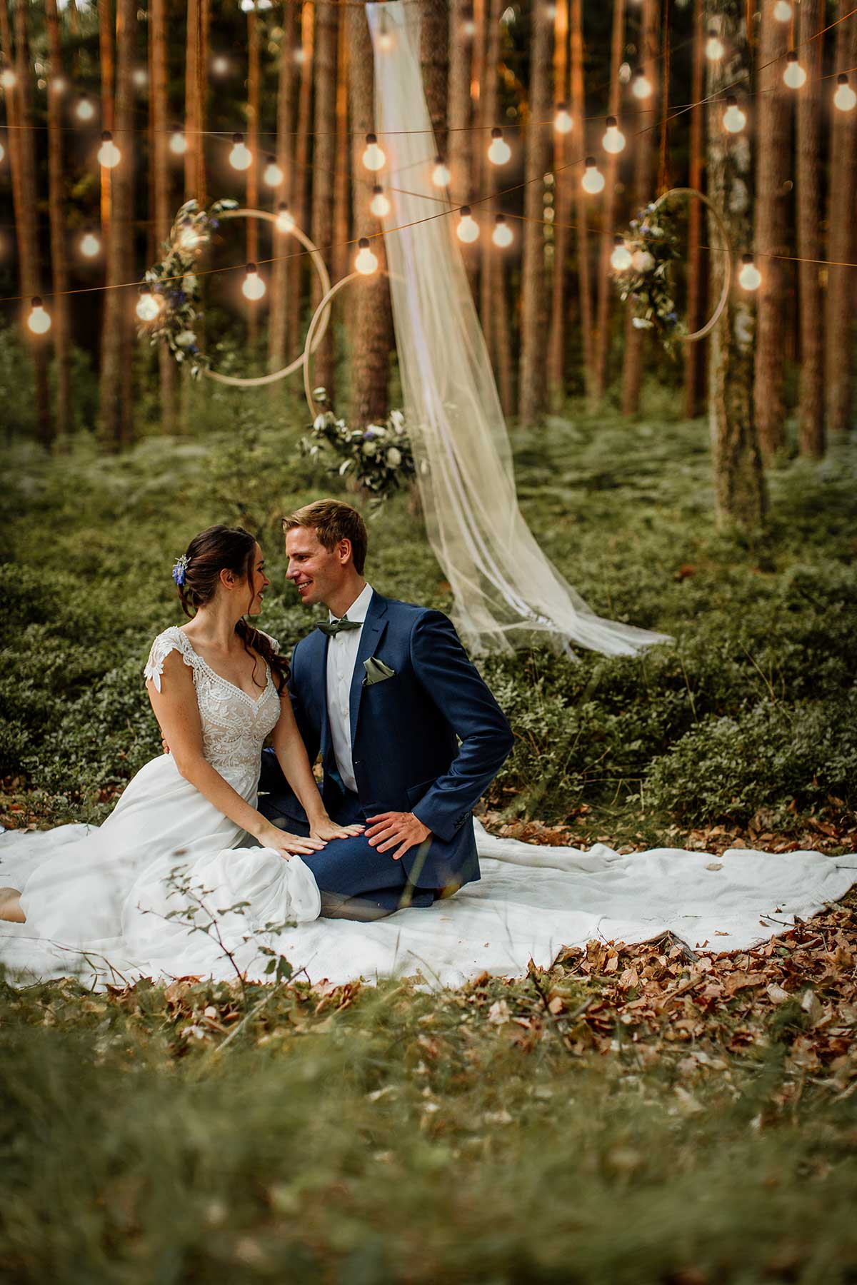 Braut und Bräutigam alleine im Wald