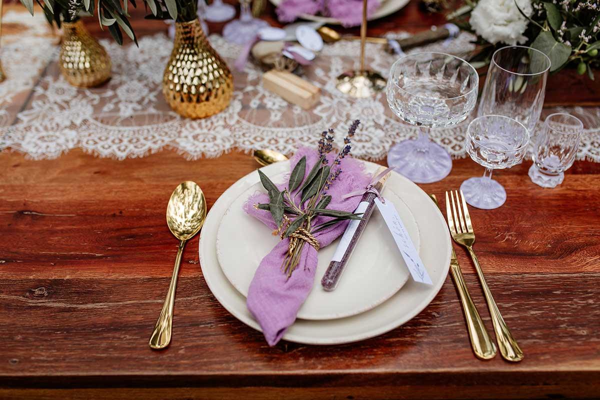 Platz am eingedeckten Tisch bei der Hochzeit im Wald
