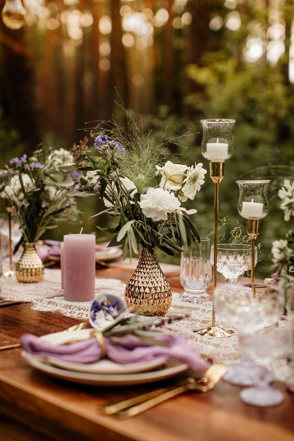 Tischdeko bei der Hochzeit im Wald