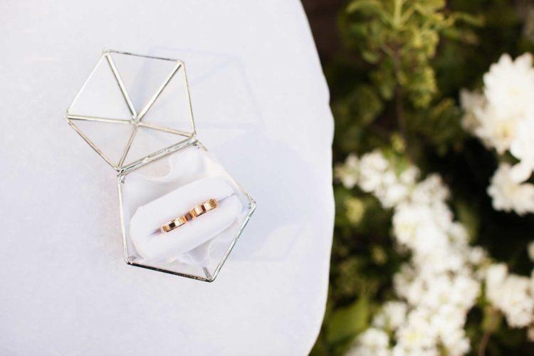 Ringkästchen aus Glas in einer geometrischen Form