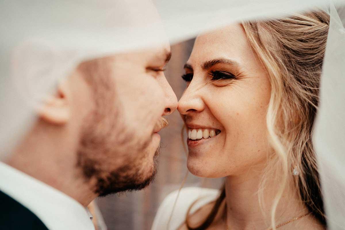 Braut und Bräutigam unter dem Braut-Schleier