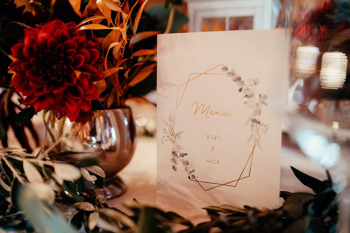 Menükarte auf dem Tisch bei der Hochzeitsfeier