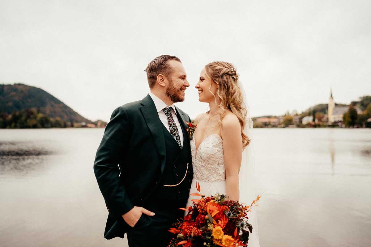 Braut und Bräutigam beim Paar-Fotoshooting