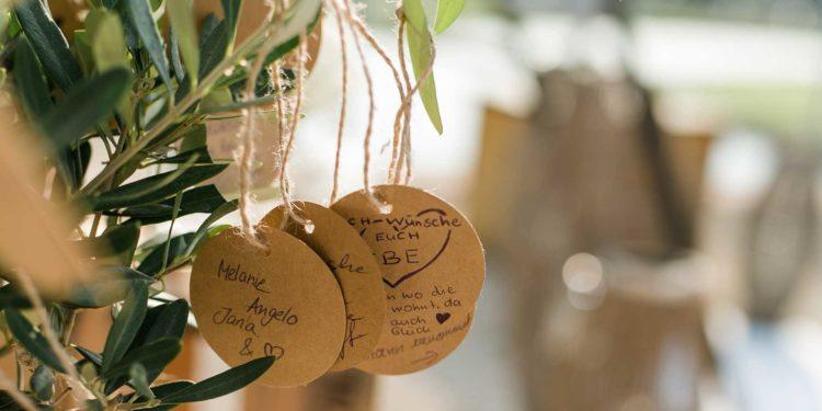Baum während der Hochzeit pflanzen: Ritual für die Trauung