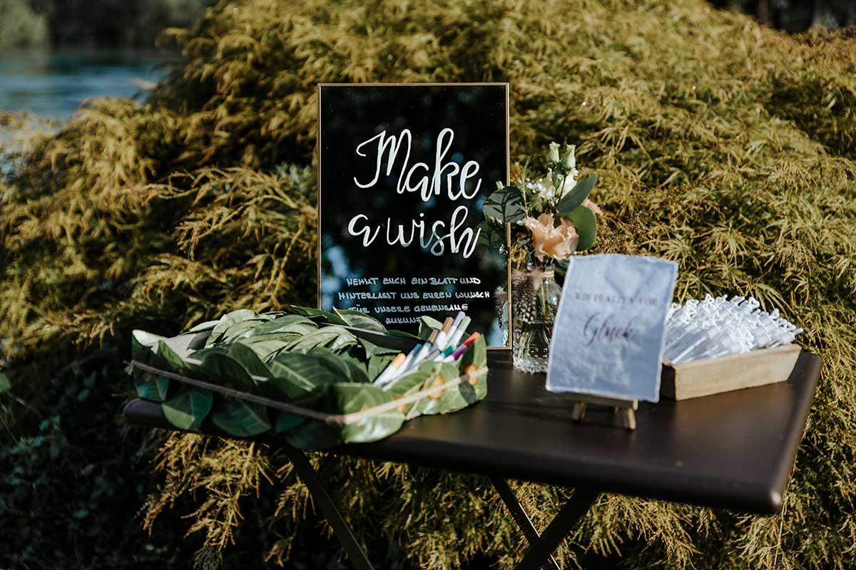 Tisch mit Seifenblasen und anderen Give-Aways für die Gäste bei der Hochzeit