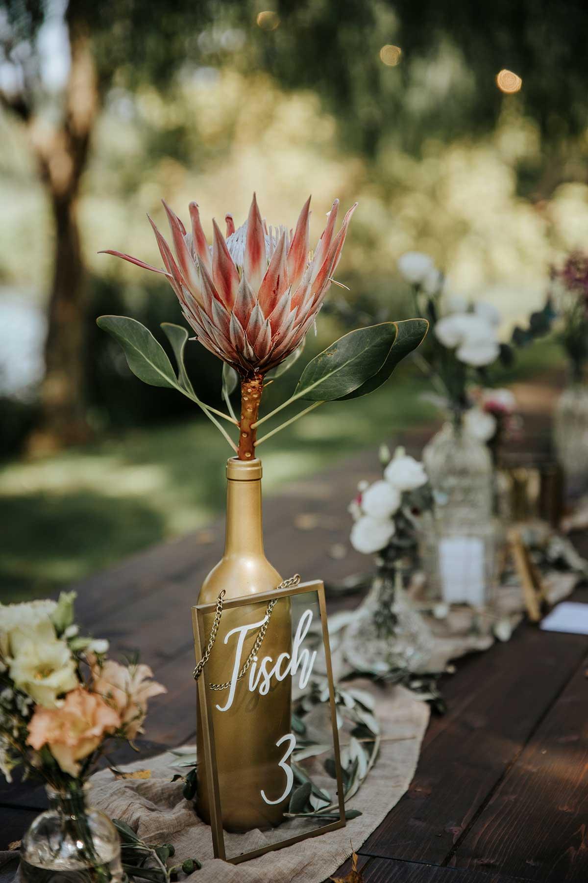 Tischnummer auf dem Tisch bei der Hochzeit