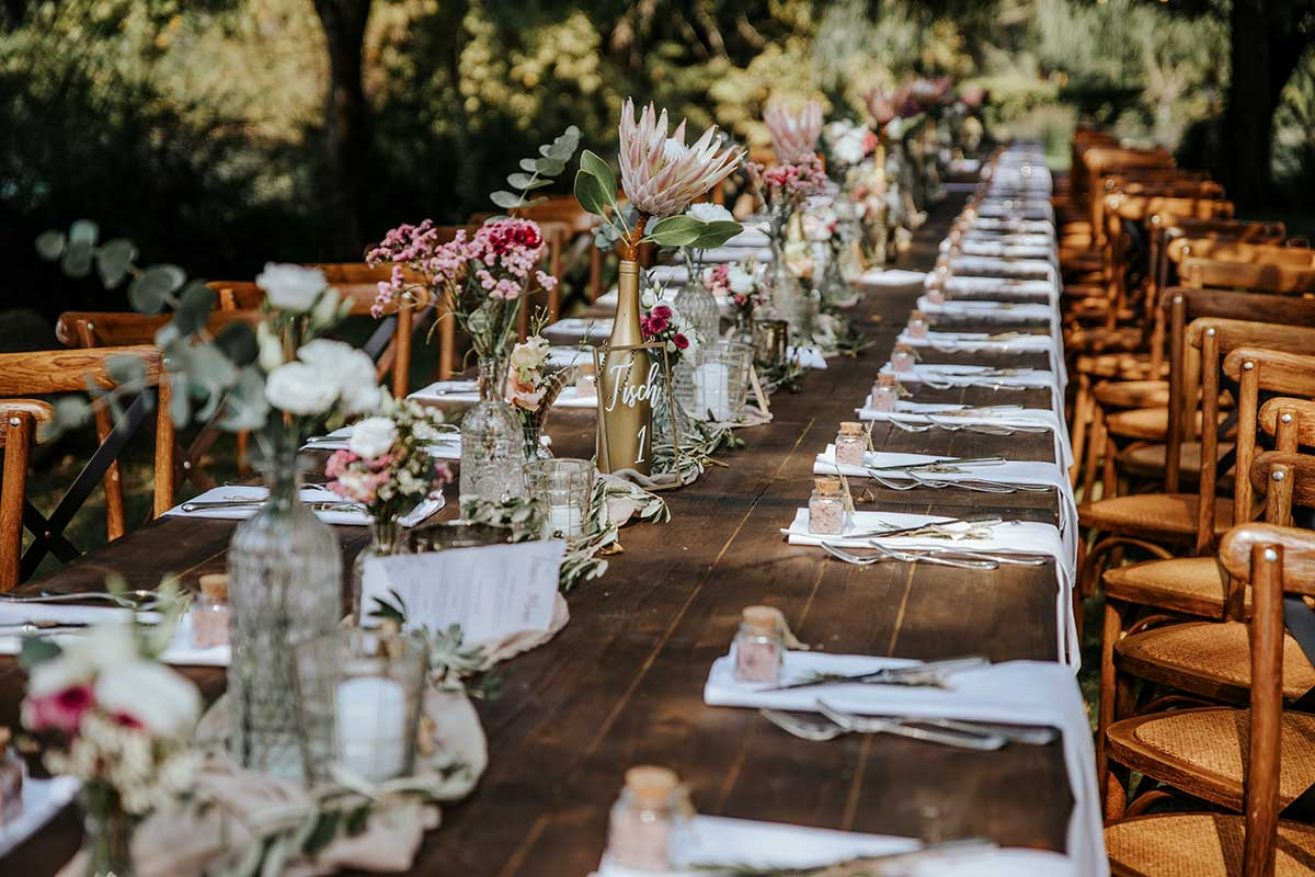 Gedeckte lange Tafel bei der Hochzeit