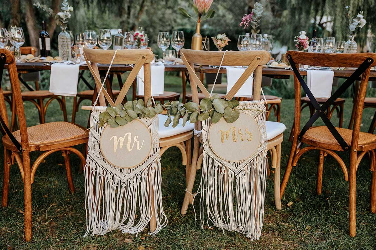 Sitzplatz für Braut und Bräutigam an der Hochzeitstafel