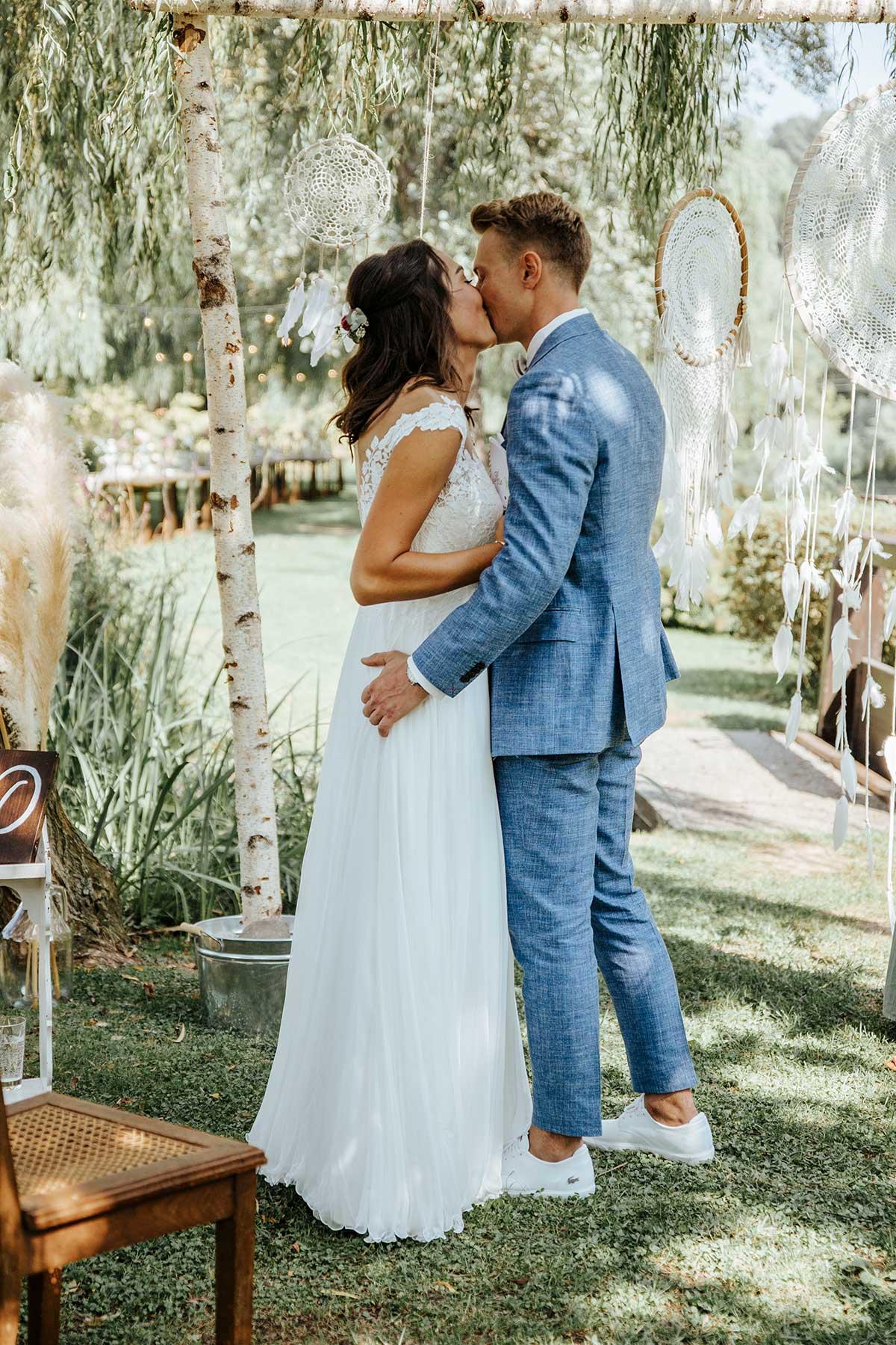 Der erste Kuss als Mann und Frau während der Trauung