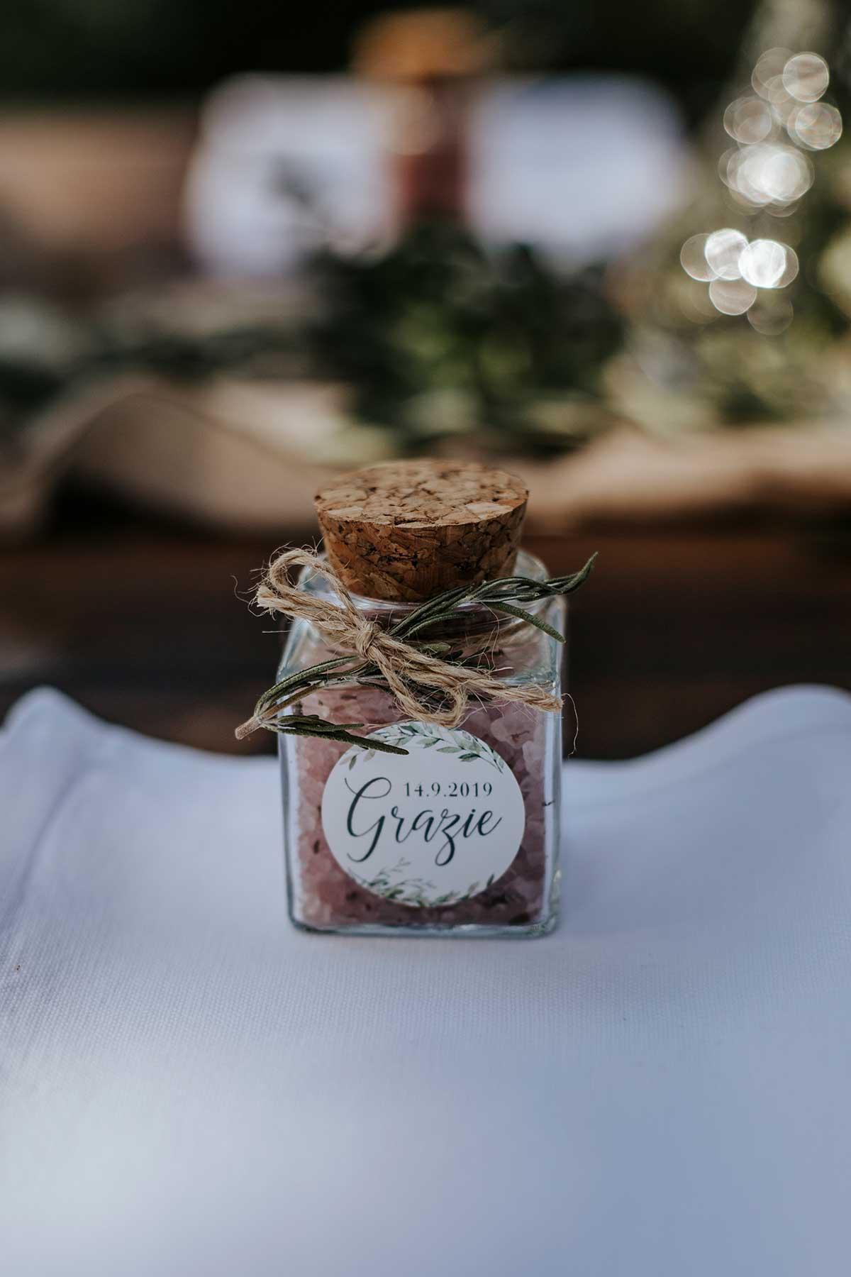 Kleines Gläschen mit selbstgemachtem Rotwein-Meersalz als Gastgeschenk