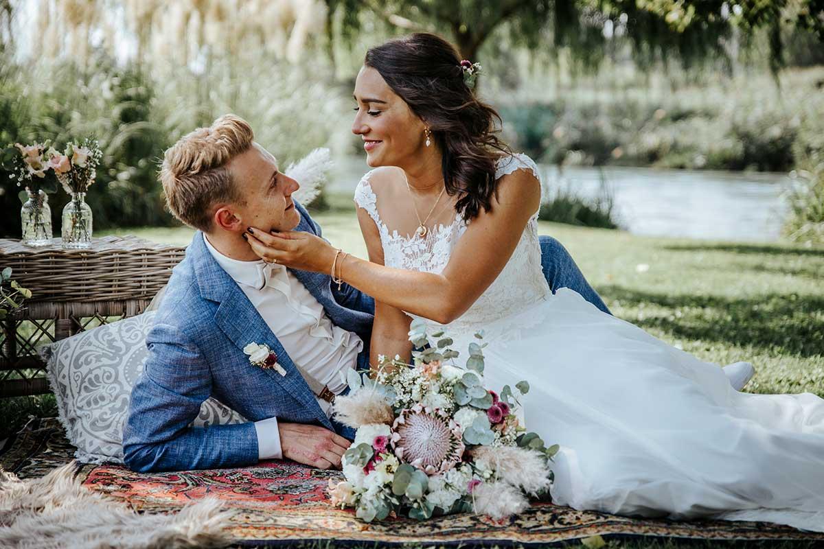 Braut und Bräutigam beim Paar-Fotoshooting nach der Trauung