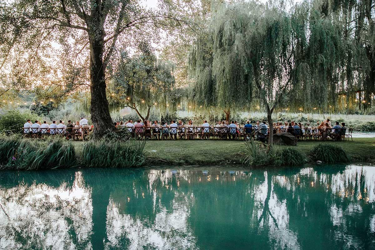 Lange Tafel für die Gäste bei der Destination Wedding am Gardasee