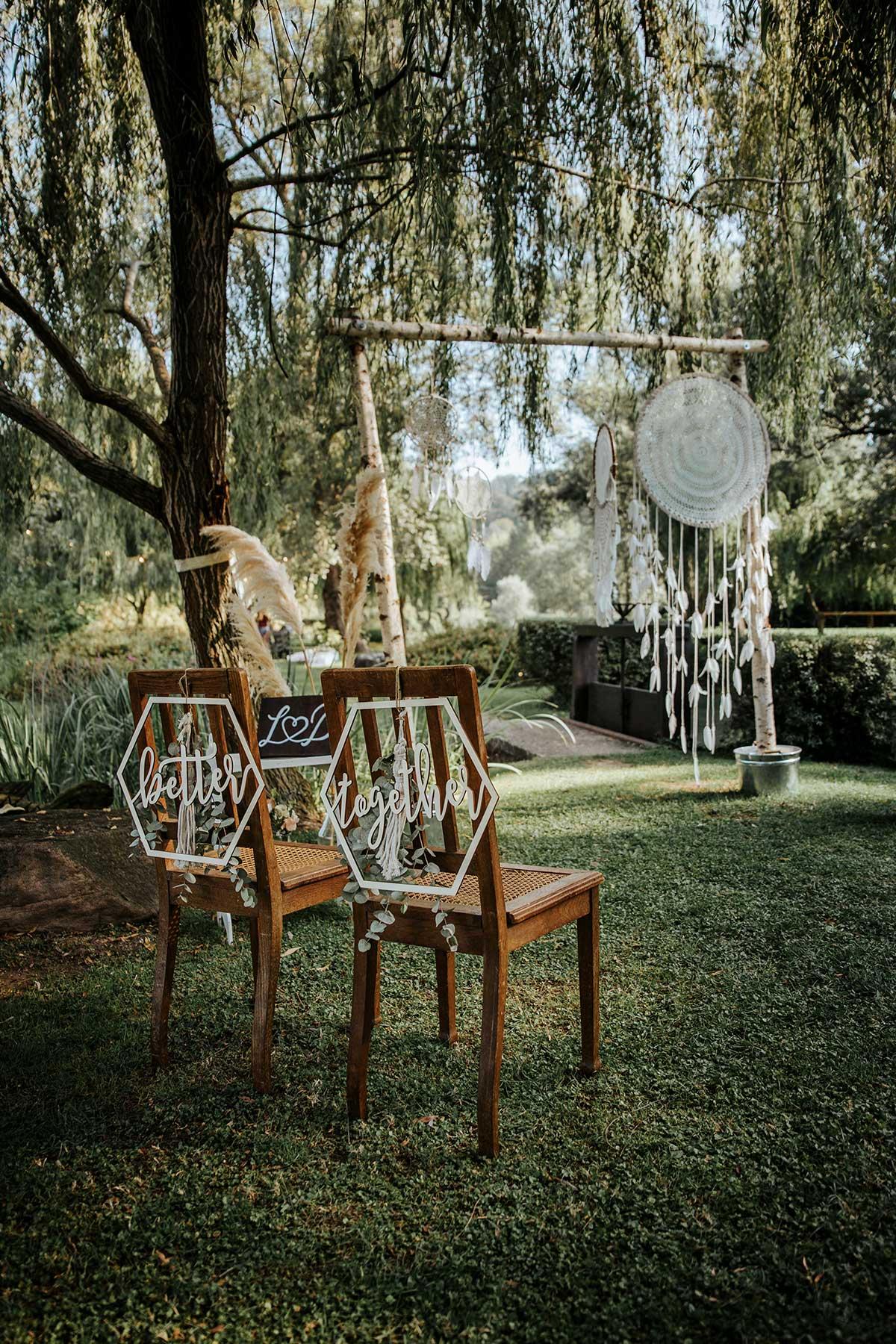 Stühle für Braut und Bräutigam bei der Trauung