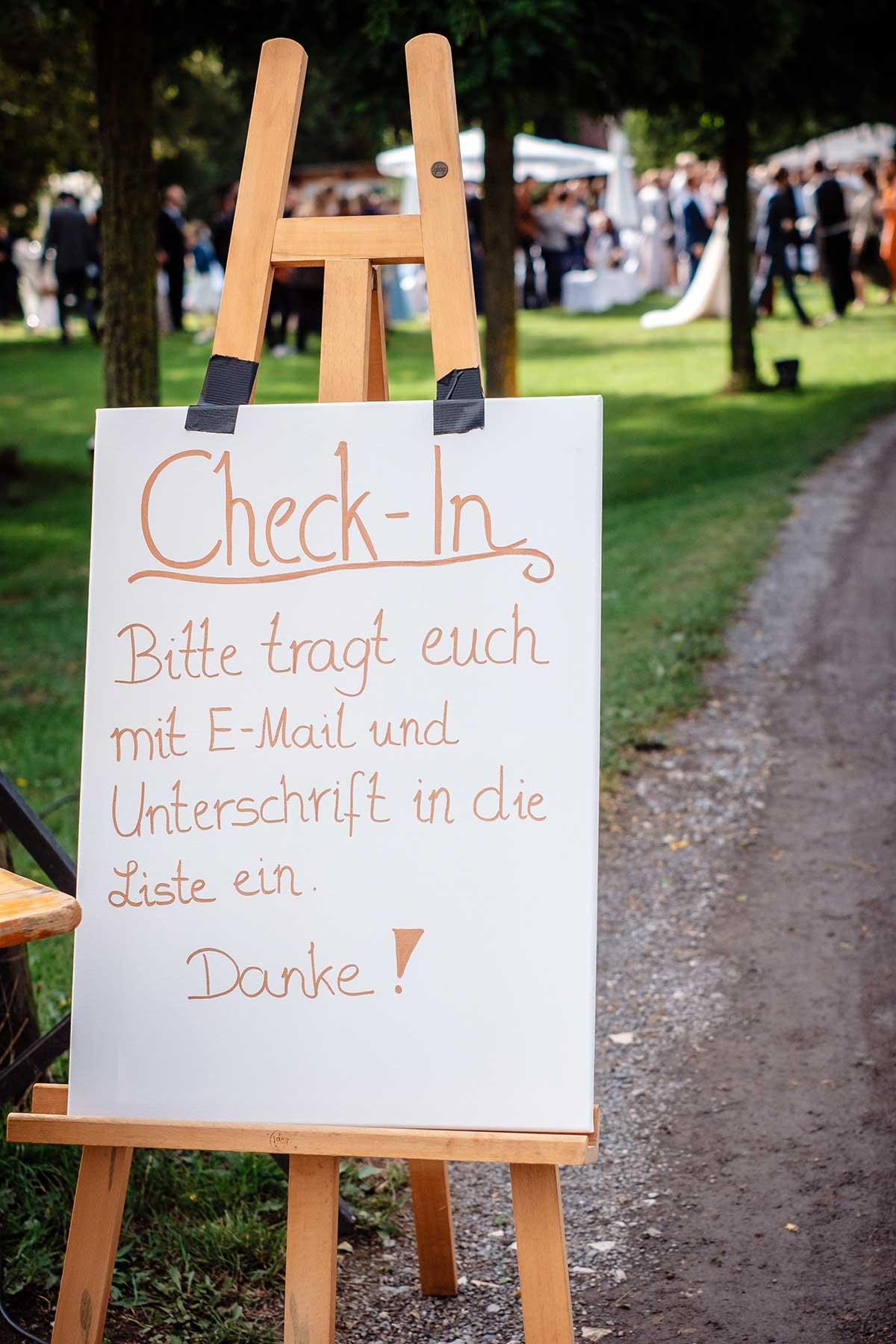 Hinweis Schild für Maskenpflicht bei der Hochzeit