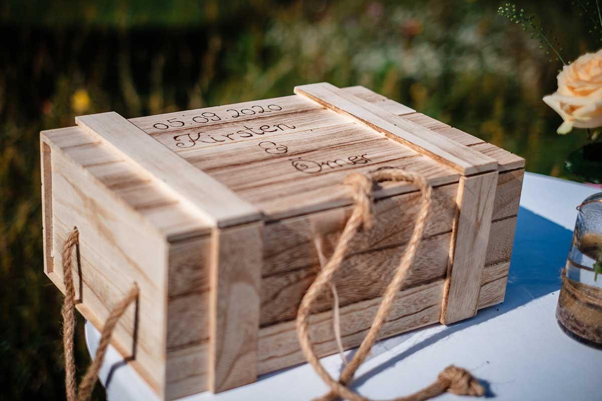Kiste für Briefe bei der Hochzeit