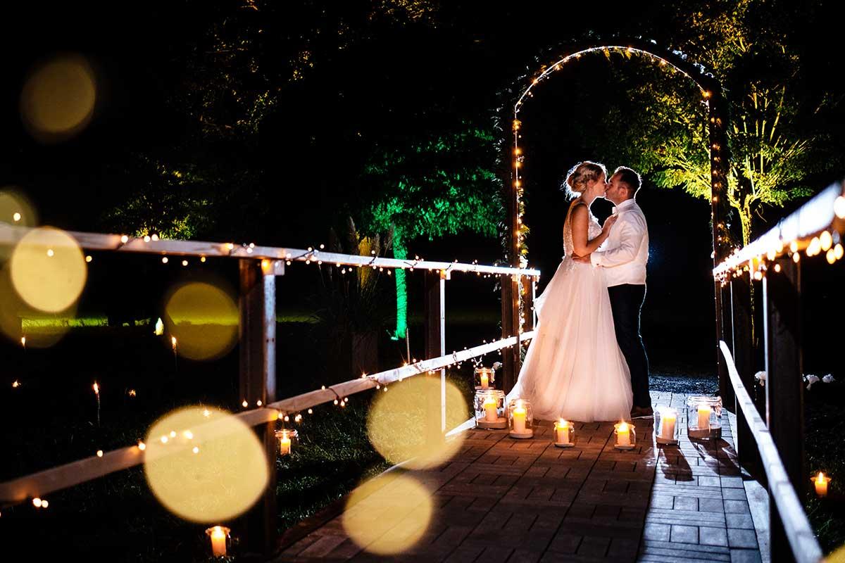 Braut und Bräutigam beim Foto-Shooting in der Nacht