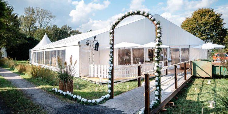 Gartenhochzeit mit Feier im großen Hochzeitszelt