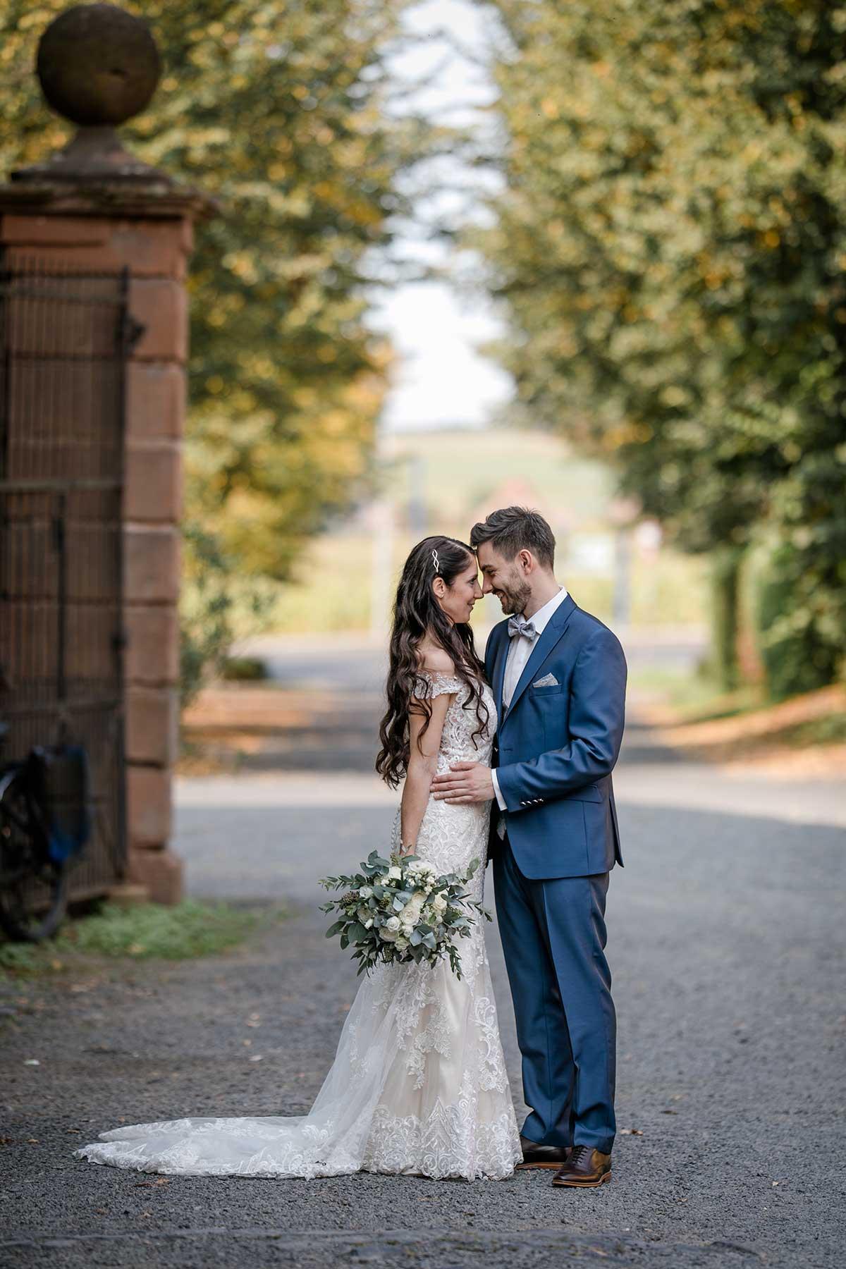 Braut und Bräutigam beim Fotoshooting vor der Hochzeit