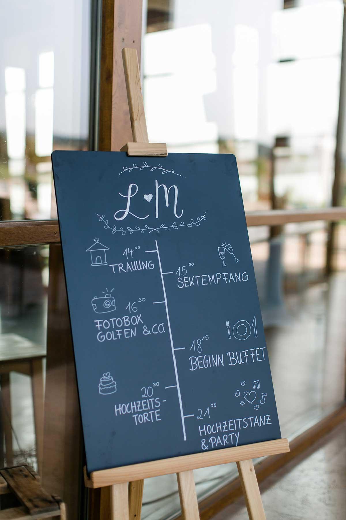 Tafel mit Tagesablauf bei der Hochzeit